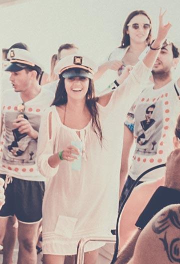 bailar en fiesta en barco benalmádena