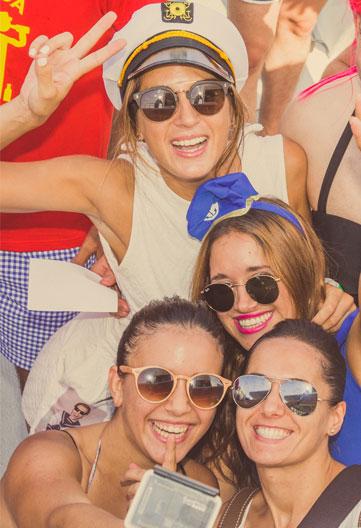 chicas en fiesta en alta mar